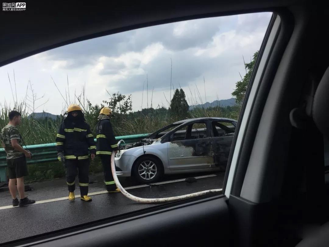 南大梁高速公路营山到蓬安段一辆小车发生自燃 - 第3张  | 蓬安在线