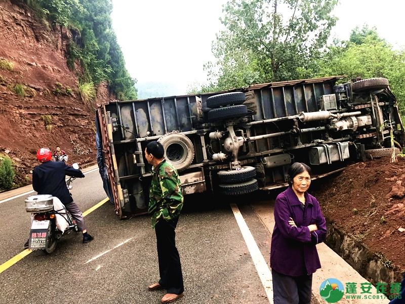 蓬安省道S204锦屏往龙云方向路段一货车翻车 - 第2张  | 蓬安在线