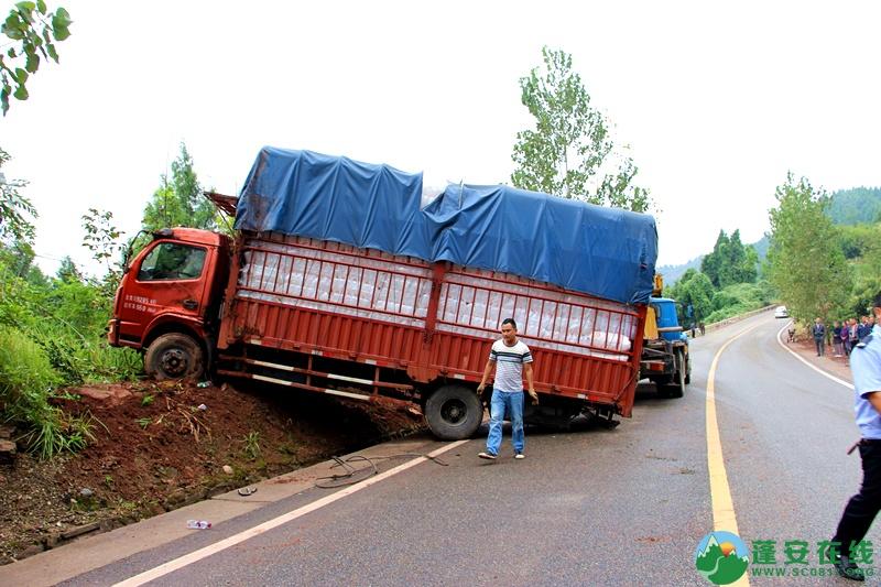 蓬安省道S204锦屏往龙云方向路段一货车翻车 - 第3张  | 蓬安在线