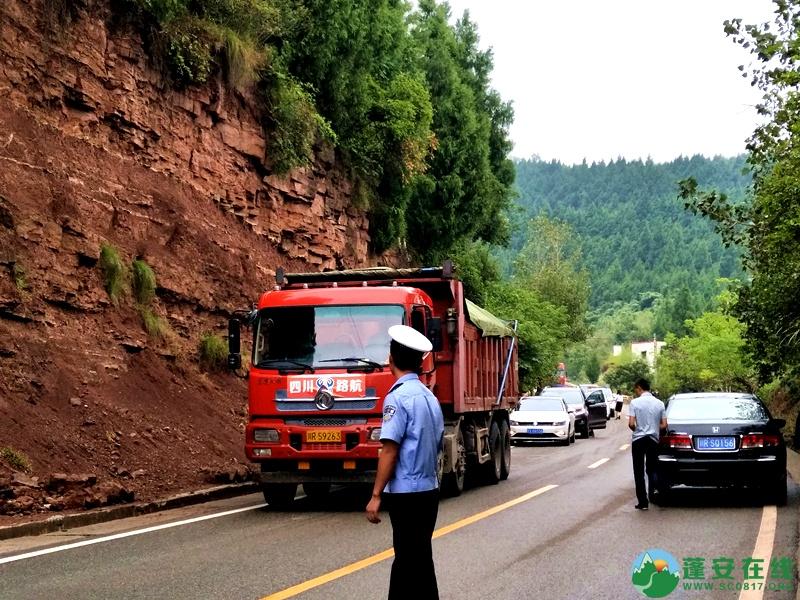 蓬安省道S204锦屏往龙云方向路段一货车翻车 - 第1张  | 蓬安在线