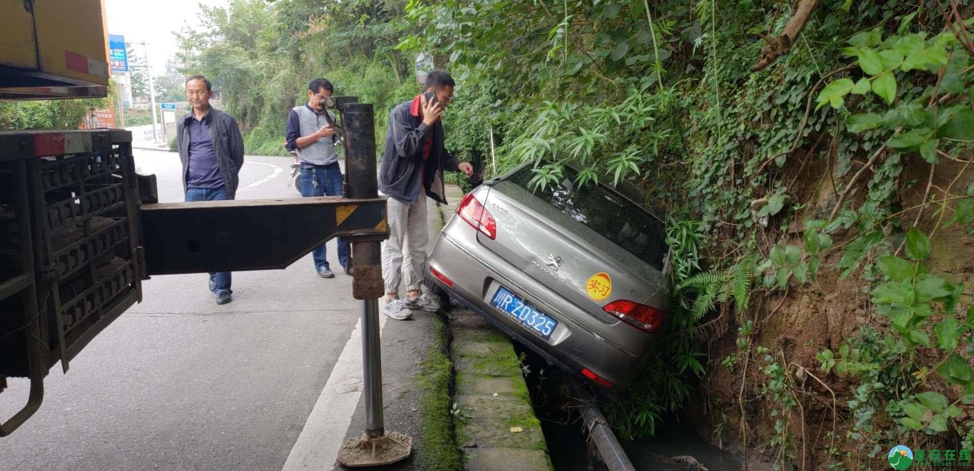 蓬安下码头冯家垭口一小车侧翻排水沟 - 第3张  | 蓬安在线