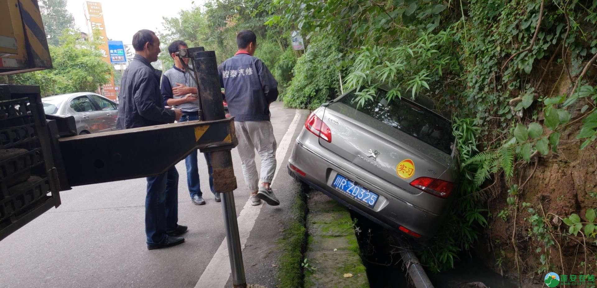 蓬安下码头冯家垭口一小车侧翻排水沟 - 第6张  | 蓬安在线