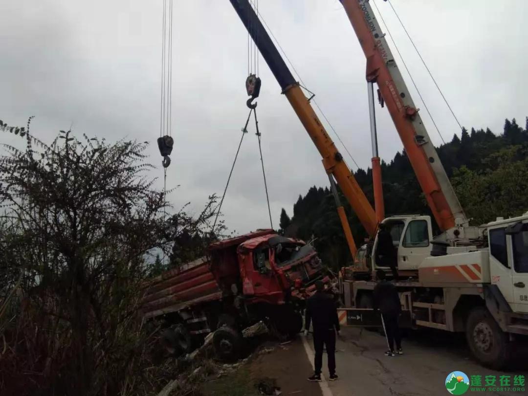 2019年3月17日蓬安S204线锦屏镇张家沟附近,一辆大货车翻至崖坎下 - 第3张  | 蓬安在线