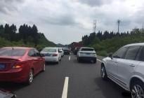 南大梁高速公路营山到蓬安段一辆小车发生自燃