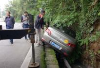 蓬安下码头冯家垭口一小车侧翻排水沟