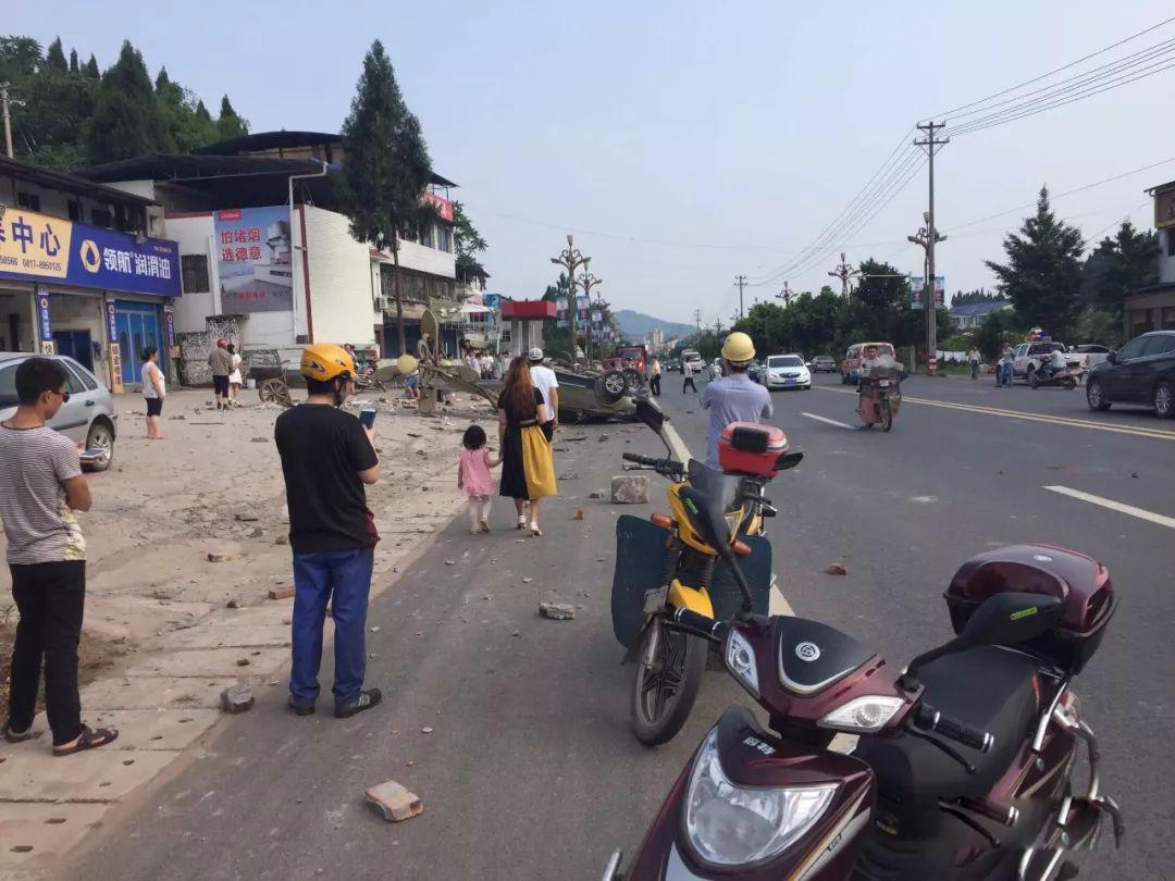 蓬安河舒高速路口燕山加油站处发生严重车祸事故 - 第1张  | 蓬安在线