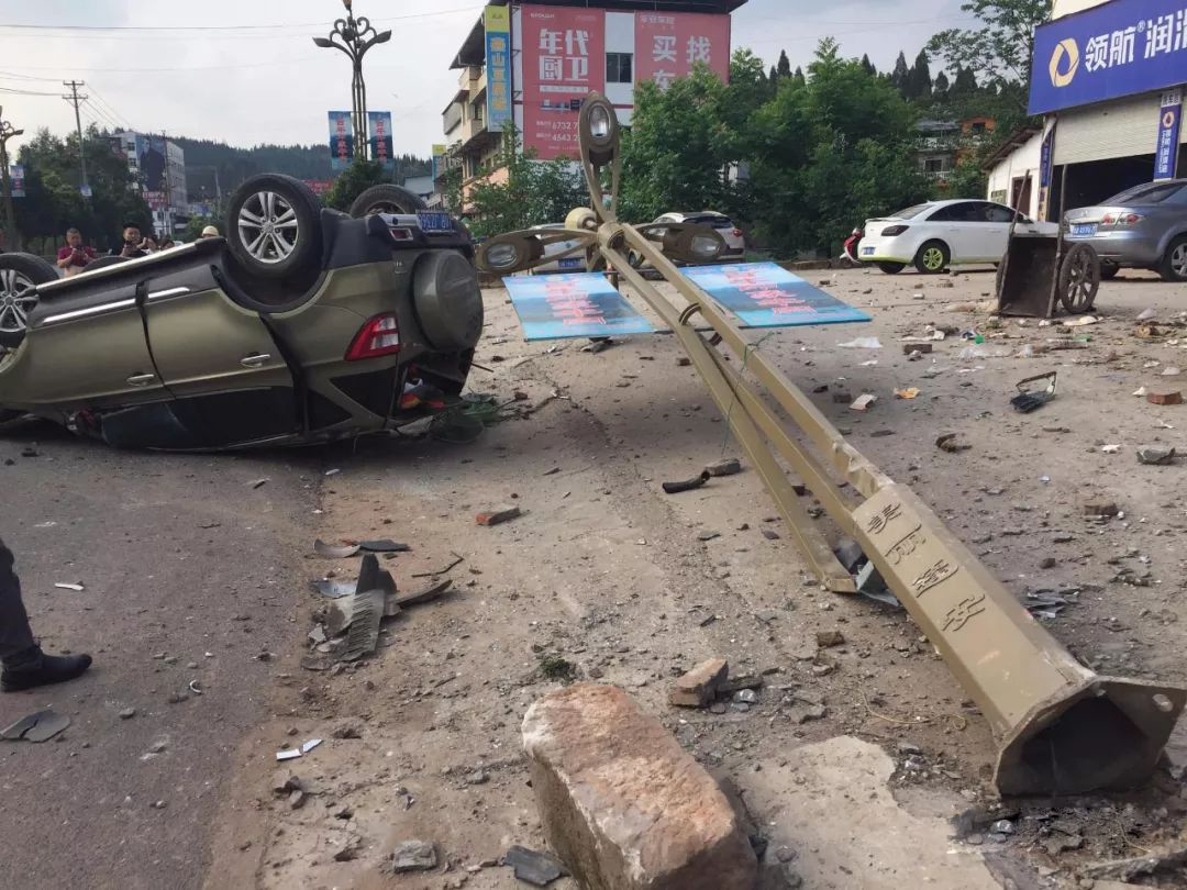 蓬安河舒高速路口燕山加油站处发生严重车祸事故 - 第10张  | 蓬安在线
