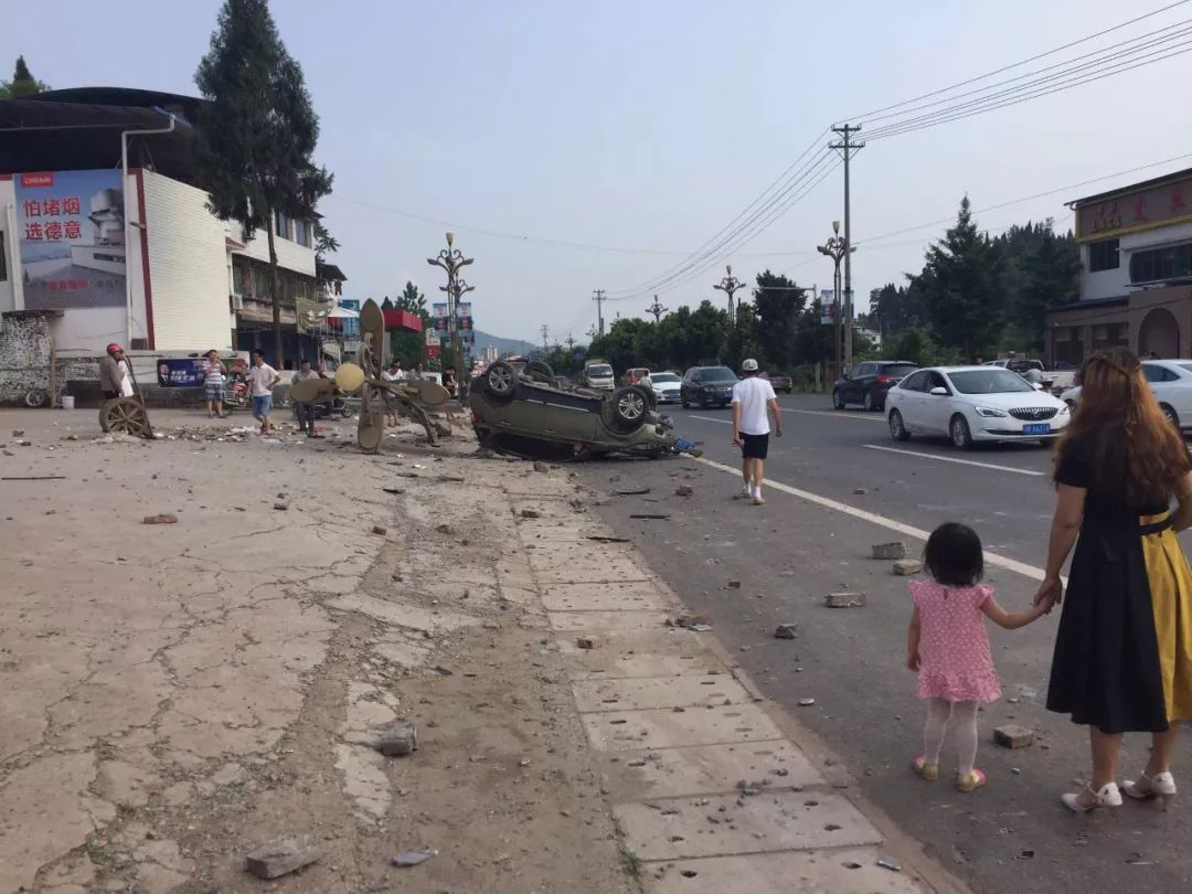蓬安河舒高速路口燕山加油站处发生严重车祸事故 - 第2张  | 蓬安在线