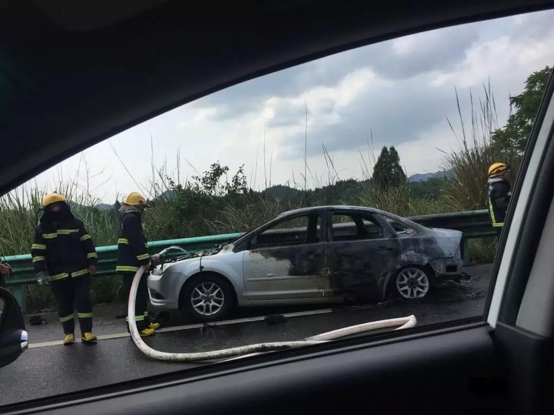 南大梁高速公路营山到蓬安段一辆小车发生自燃 - 第2张  | 蓬安在线