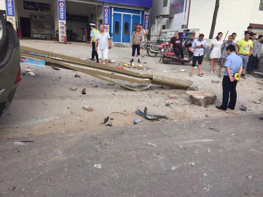 蓬安河舒高速路口燕山加油站处发生严重车祸事故 - 第3张  | 蓬安在线