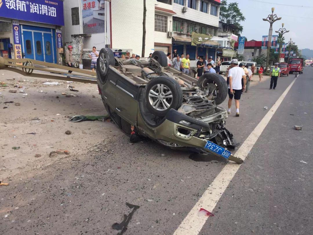蓬安河舒高速路口燕山加油站处发生严重车祸事故 - 第4张  | 蓬安在线