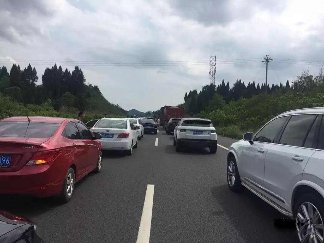 南大梁高速公路营山到蓬安段一辆小车发生自燃 - 第4张  | 蓬安在线