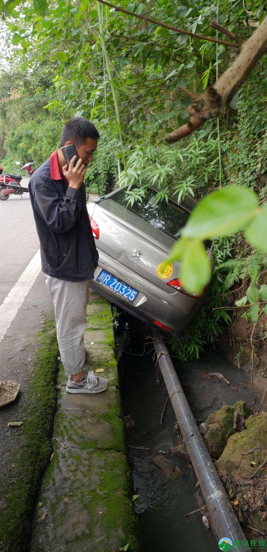 蓬安下码头冯家垭口一小车侧翻排水沟 - 第1张  | 蓬安在线