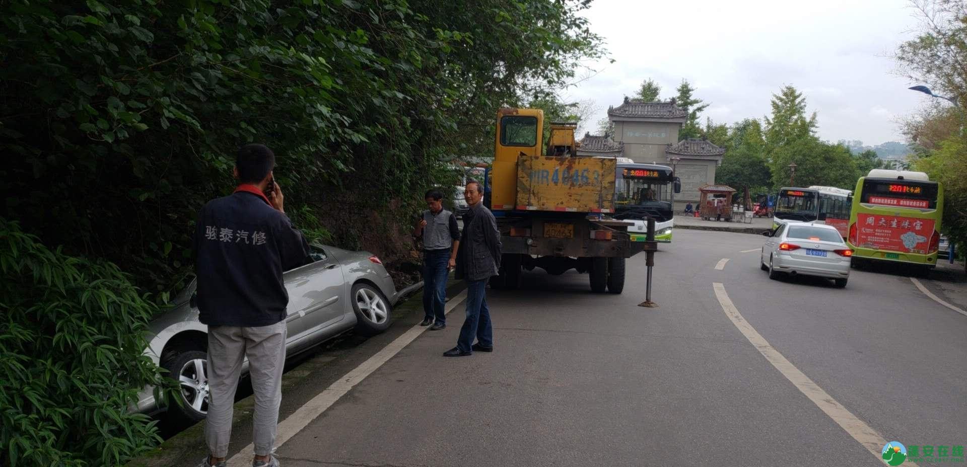 蓬安下码头冯家垭口一小车侧翻排水沟 - 第12张  | 蓬安在线