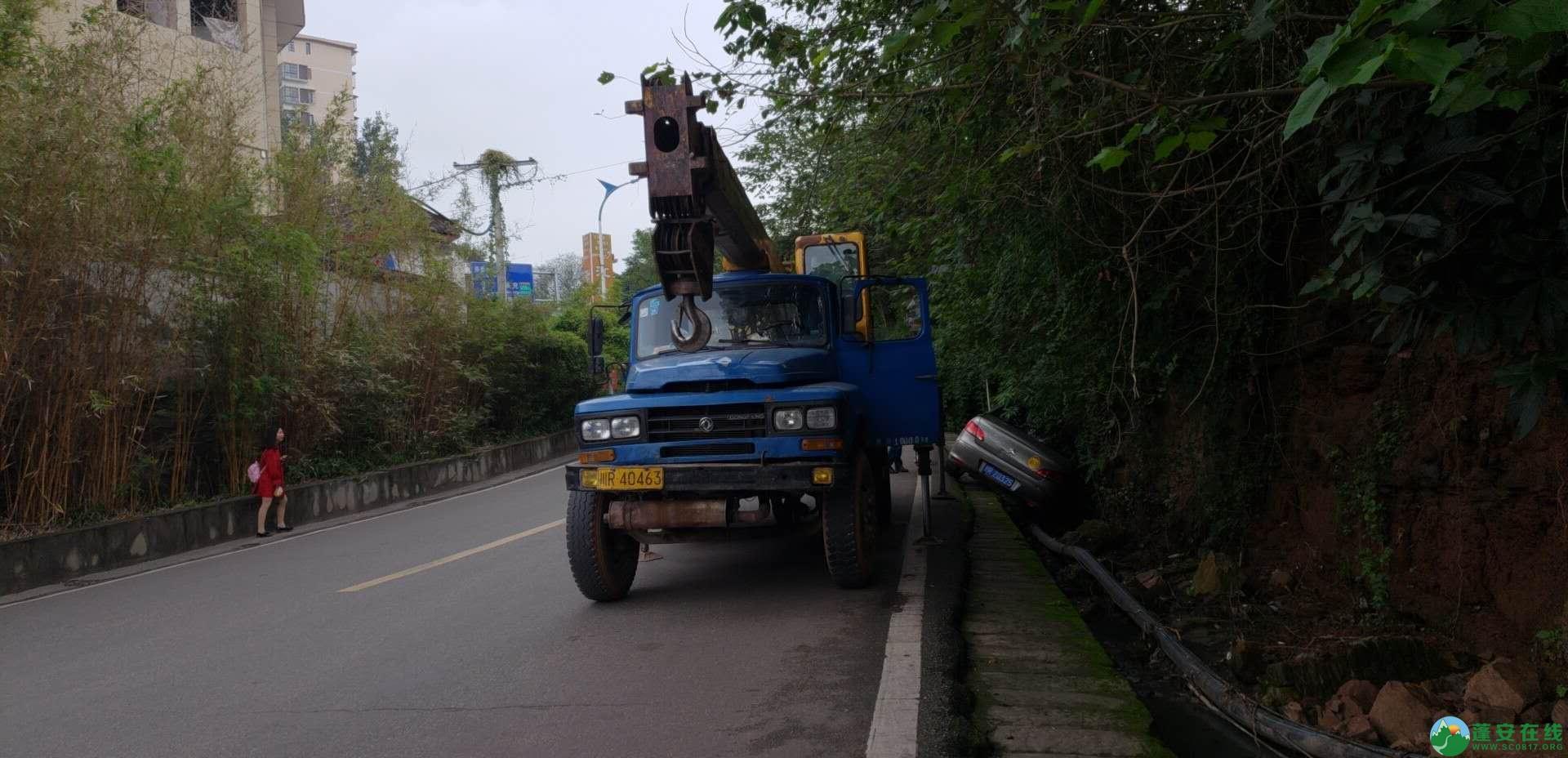 蓬安下码头冯家垭口一小车侧翻排水沟 - 第2张  | 蓬安在线
